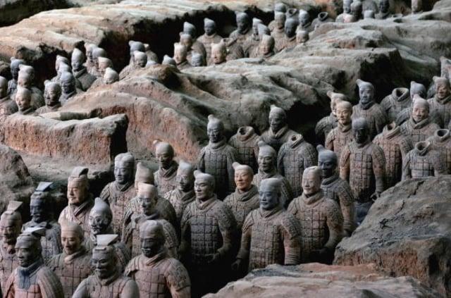 秦兵馬俑坑(terracotta)位於秦始皇陵封土以東約1.5公里處,秦陵模擬當年秦王朝的政治中心、首都的形制布局建造。(大紀元資料室)