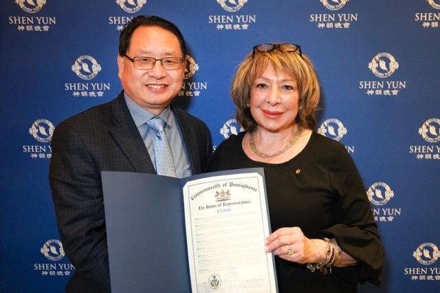 賓州眾議員Maria Donatucci (右)向神韻費城主辦方--大費城法輪大法學會頒發賓州眾議院的褒獎,並觀看了神韻演出。(新唐人電視台)