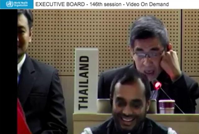泰國代表說:「主席,全球武漢肺炎的旅行禁令都沒人在理的,例如WHO祕書長譚德塞,他才剛去過北京。」(擷自WHO官方影片)