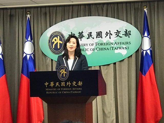 外交部發言人歐江安10日表示,外交部每週配發1029片成人口罩、335片兒童口罩給需要的駐館。(記者李怡欣/攝影)