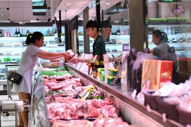 中共官方數據顯示,2月分大陸居民消費價格指數(CPI)同比上漲5.2%,豬肉價格同比暴漲135.2%,其他食品的價格也大幅上漲。(大紀元資料室)