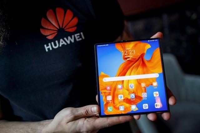 日前傳出中國手機大廠華為竟在其手機產品中將我國地區名稱標示為「中國台灣」,遭質疑是刻意矮化。(TOLGA AKMEN/AFP via Getty Images)