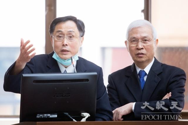 中央銀行發行局局長施遵驊(左)12日表示,若台灣疫情升溫,不排除將舊鈔銷毀率提高。右為央行總裁楊金龍。(記者陳柏州/攝影)