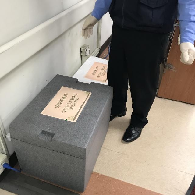衛生福利部桃園療養院設置物品轉運站,轉交家屬帶來物品給病人,讓住院病人感受到家屬的愛心。