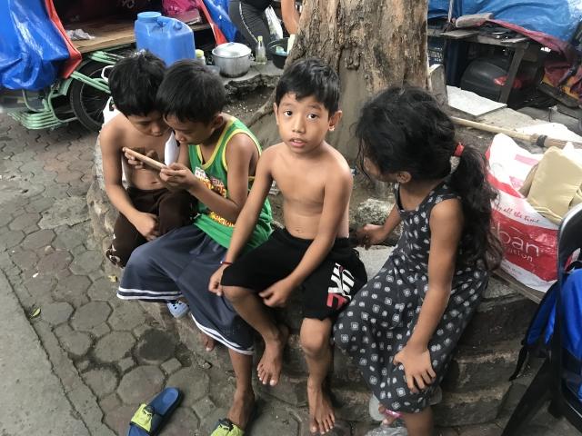 菲國許多兒童無法上學,成天在外遊蕩。