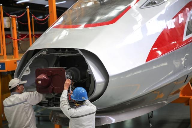 在停擺6週後,中國已經開始恢復工作,一些工廠開工、辦公室裡的人多了起來。(STR/AFP via Getty Images)