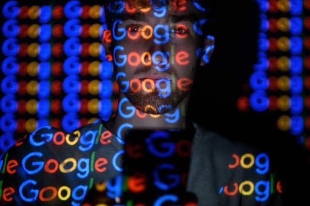 Google等科技巨擘可利用搜尋結果短暫體驗進而影響人們觀點(Leon Neal/Getty Images)