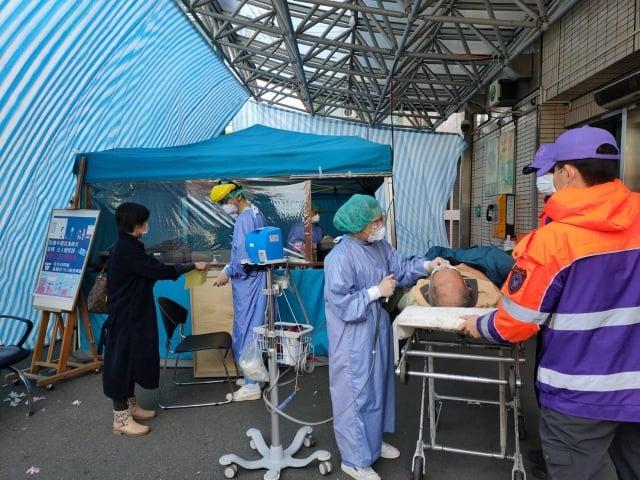 桃園聖保祿醫院發燒篩檢站:急診及出國14天內入境「不分國家」的人員。(桃園聖保祿醫院提供)