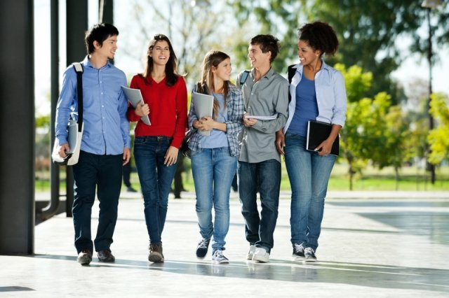 父母應該專注在幫助孩子找到適合的大學,才能讓他們有蓬勃發展的 空間。(Fotolia)