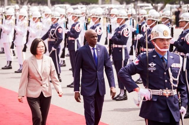 台灣駐海地大使劉邦治因「一件小事」被要求離境,並請台灣改換新任大使。圖為海地總統摩依士(中)2018年訪台資料照。(記者陳柏州/攝影)