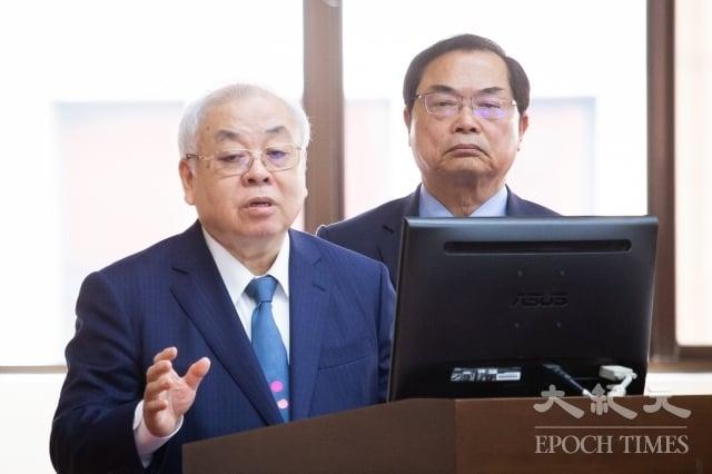 行政院主計總處主計長朱澤民(左)18日表示,政府已前後投入新台幣千億元,延緩經濟可能下滑的情況,今年台灣經濟成長率仍可保2。(記者陳柏州/攝影)