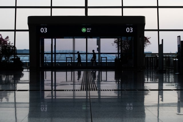一些受中共蠱惑的華人近期紛紛回國,有中國律師對本報記者說,這是中共謊言宣傳的結果,但知道中國真相的紅二代、官二代極少有人回國。圖為機場一景。(Getty Images)