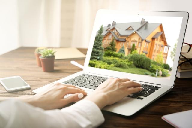 隨著疫情日益嚴重,人們社交活動減少,開發商們是想通過LiveSiteTM應用,為人們提供更安全的看房和買房體驗。(Shutterstock)