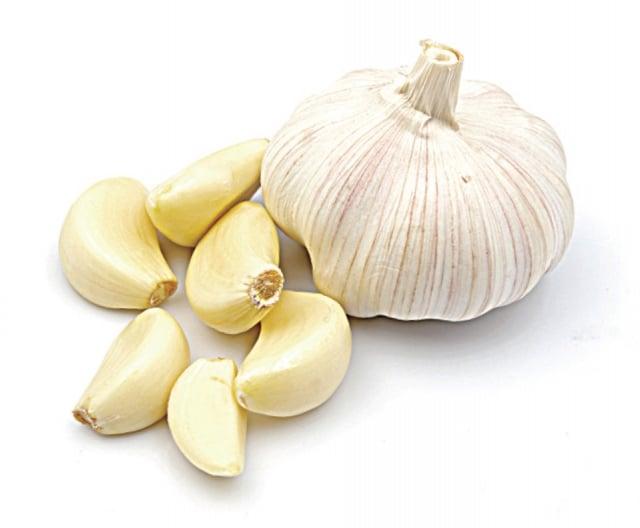 大蒜中的有機硫化物,如大蒜烯,具有抗菌功效。(123RF)
