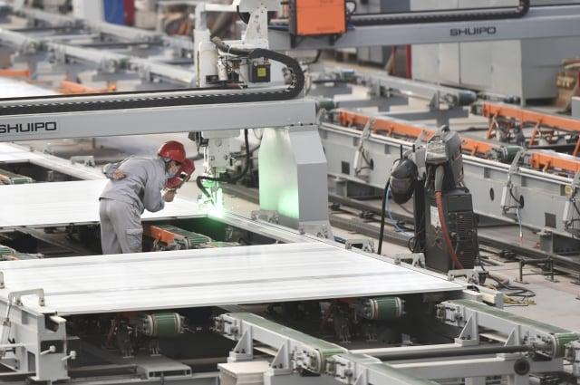 國際信評機構標普認為,這波疫情對亞太地區造成的經濟損失將擴大為6,200億美元(約新台幣18兆7,963億元)。圖為中國的工廠。( STR/AFP via Getty Images)