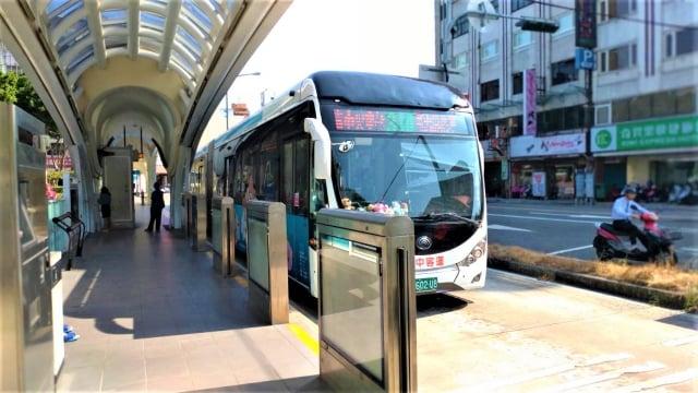 台中市區公車運量平日因上班、上學,乘客人數沒有變化,但是假日已下降近兩成。(記者黃玉燕/攝影)