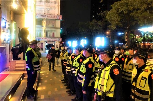 台中市警局24日深夜,前往金錢豹及海派酒店等多家大型娛樂場所臨檢。(台中市政府提供)