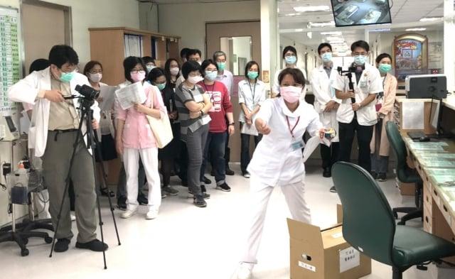 桃園療養院舉行肺炎防疫演練,模擬發現疑似感染個案時的隔離管制、清空計畫與病人分流等情境。(桃園療養院提供)