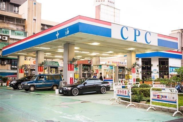 中油宣布,6日凌晨零時起,汽、柴油價格每公升各調降新台幣0.9元、1元。圖為資料照(記者陳柏州/攝影)