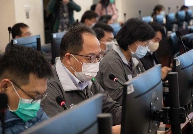 桃園觀旅局長楊勝評說明防疫作為,並介紹桃園即時影像服務。(桃園市府提供)