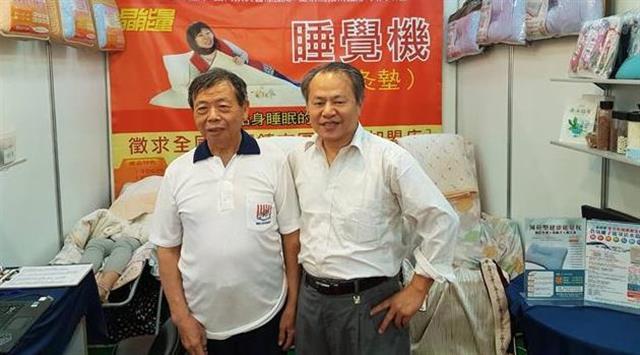 韋先生(左)使用睡覺機四年半,效果很好。(晶能量生物科技提供)