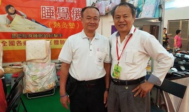 「晶能量睡覺機」愛用者溫德福(左)與晶能量生物科技有限公司黃佳農董事長(右)在展覽會場上合影。(晶能量生物科技有限公司提供)