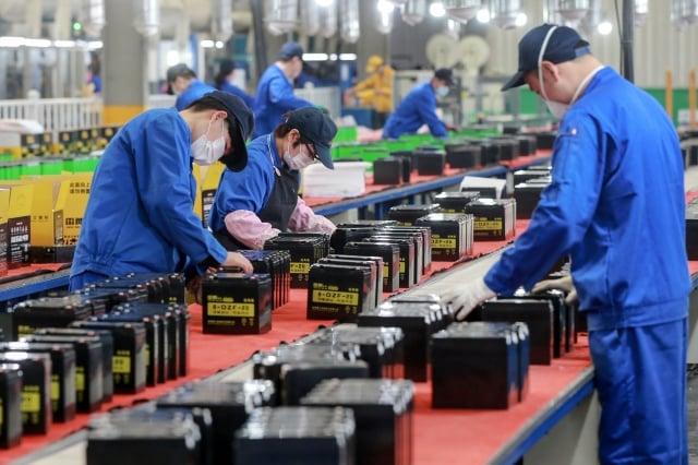 資策會產業情報研究所(MIC)預估中國大陸第一季GDP恐怕將負成長9%。圖為中國的工廠。( STR/AFP via Getty Images)