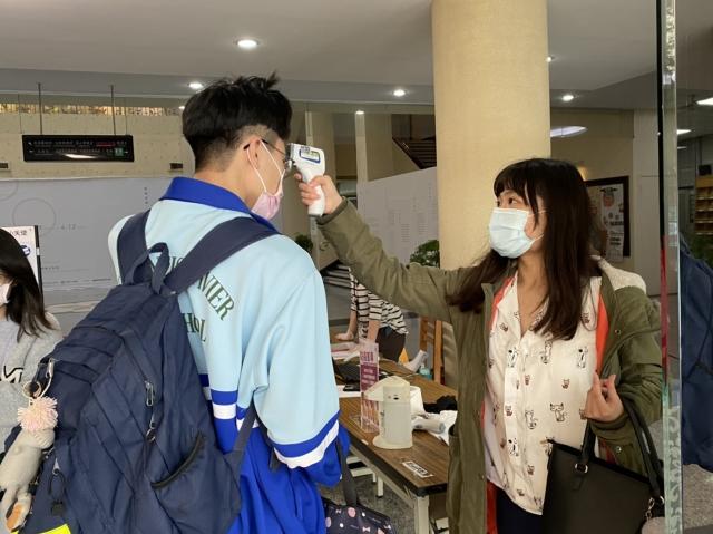 民眾進入各館舍,均須配戴口罩,先於門口量測額溫後,出示市民卡或身份證後才能進入。