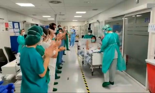 僑務委員劉金枝的一對女兒在西班牙擔任醫護人員,因堅守崗位救人命而相繼染疫,大女兒是麻醉師,病床出急診室時院內同仁列隊歡呼。(翻攝溫玉霞臉書)