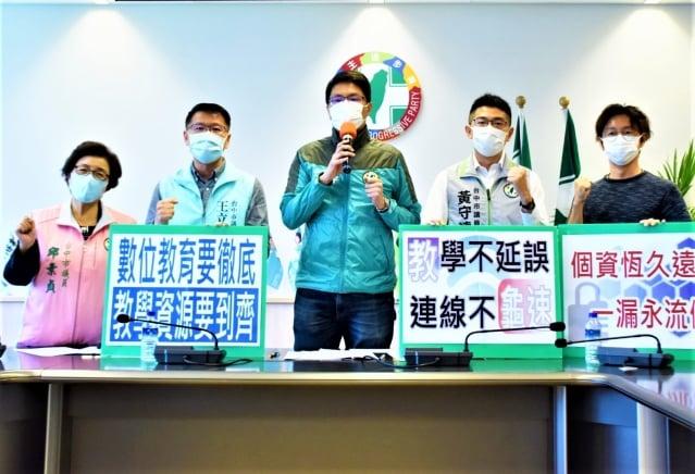 台中市議會民進黨團13日召開記者會,建議市府規劃所謂的「假停課日」,進行大規模壓力測試。
