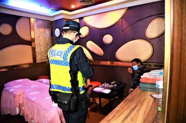 警方12日深夜查獲1家按摩業有女陪侍,將開罰10萬元以上,並命令停業。
