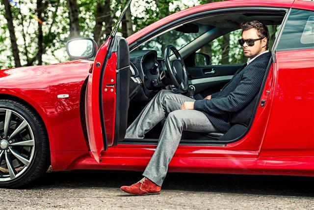 經營知名房車、超跑公司的老闆及超業,本身就屬於富裕一族。而超跑保險業者及專門修理超跑的修車廠,同樣深黯富裕銷售之道。(123RF)