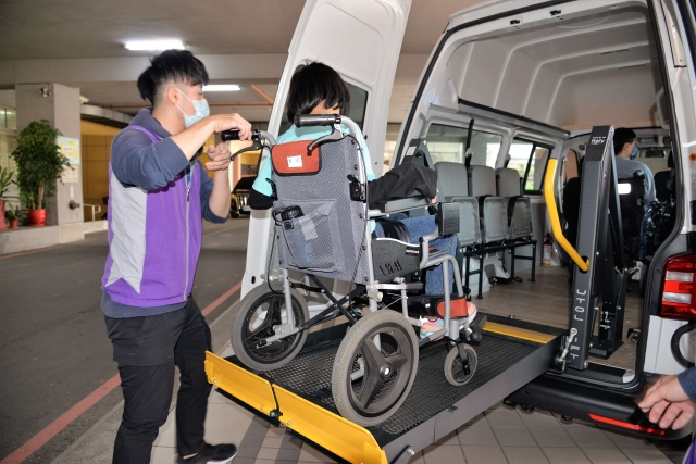 獲贈的復康巴士設備完善,讓身障者無論就學或就業,都可舒適搭乘。