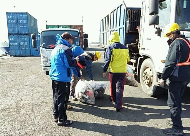 為避免船舶自非洲豬瘟疫區攜入含病毒之肉品,台中港務分公司針對船舶垃圾部分,逐袋檢查。