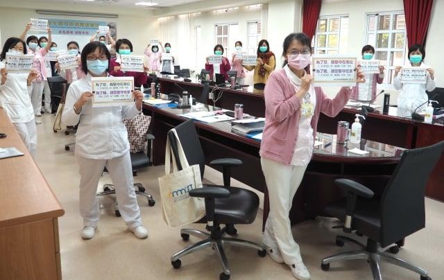 衛生福利桃園療養院不敢懈怠,醫護人員在護理站互相打氣加油。(衛生福利桃園療養院提供)