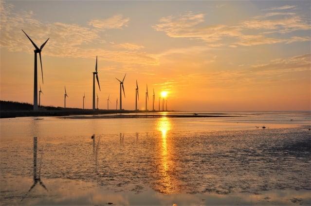 台中高美濕地美麗的夕陽被日本知名旅遊網站「H.I.S.」票選為海外最想去看的美景,每年也因此吸引約近160萬名國內外遊客到訪。(台中市政府提供)
