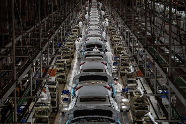 在美中貿易戰和中共病毒(武漢肺炎)疫情的接連衝擊下,中國經濟形勢嚴峻。圖為中國一家工廠。(STR/AFP via Getty Images)
