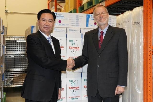 台美防疫夥伴聲明,外交部長吳釗燮與美國在台協會處長儷英傑合影。(美國在台協會臉書)