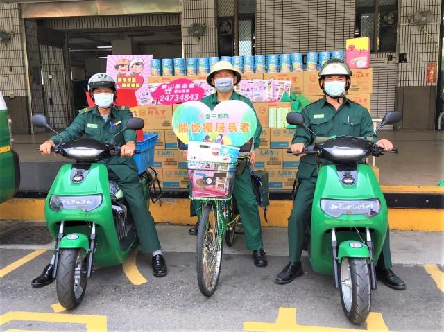 台中郵局伸出援手,認領其中「麥片沖泡飲」共600袋,希望拋磚引玉、傳愛下去。(記者黃玉燕/攝影)