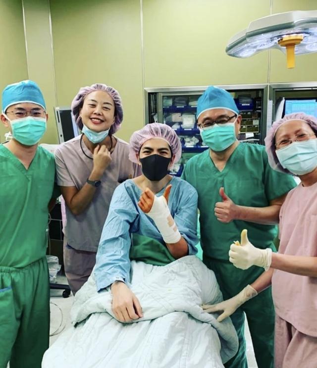 蕭敬騰手術後和醫療人員合影。