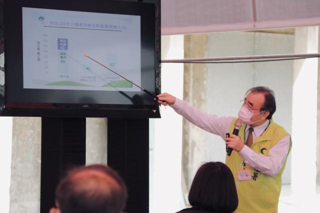 農糧署署長胡忠一說明公糧稻米庫存情形。