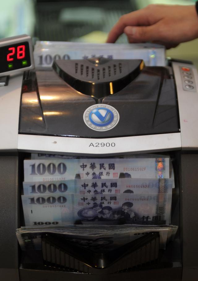 目前台灣紓困金額總共1兆500億元,現在卡關的地方是要給現金還是發消費券,總統拍板先給現金,等疫情過去再發消費券。(SAM YEH/AFP via Getty Images)