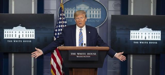 圖為美國總統川普4月19日主持簡報會。(JIM WATSON / AFP)