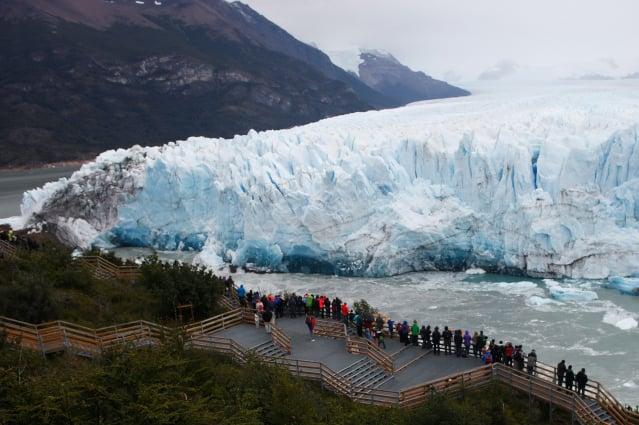 遊客近距離欣賞佩里托莫雷諾冰河的壯麗景色。(GettyImages)