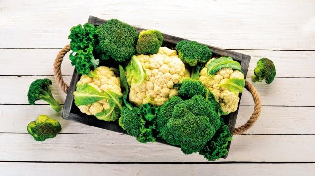 花椰菜(又稱菜花、白花椰菜)與青花菜(又稱西蘭花、綠花椰菜)兩者皆屬十字花科蔬菜,外觀、產地和產季都很相近。(Shutterstock)