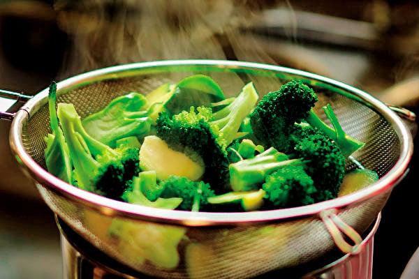 防疫期間一定要將食物煮熟再食用,其重要性會更勝於為了攝取較多營養素而吃生食。(Shutterstock)