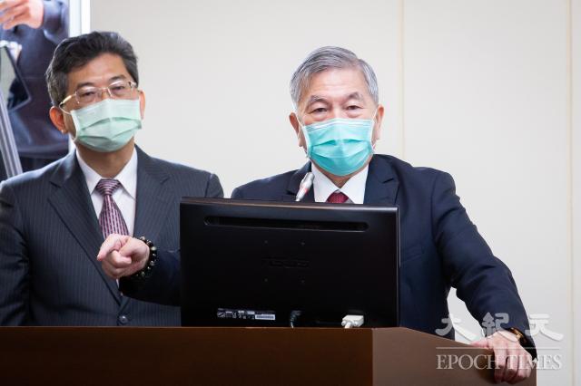 經濟部長沈榮津(右)20日表示,目前以紓困為重,政府已經在發放紓困階段的現金。(記者陳柏州/攝影)
