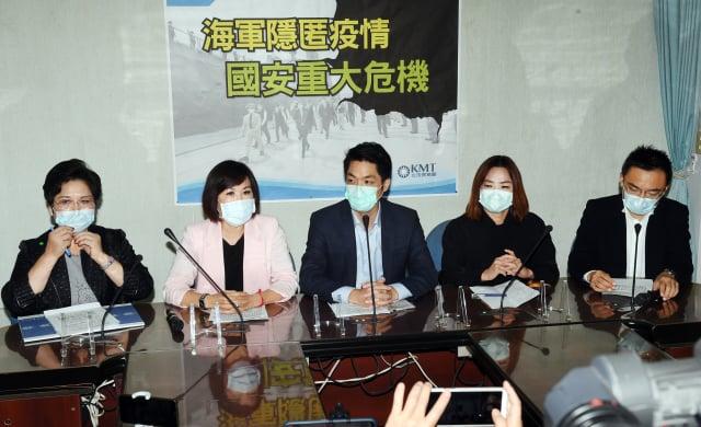 國民黨立委溫玉霞(左起)、呂玉玲、蔣萬安、馬文君與洪孟楷20日在黨團舉行記者會表示,海軍隱匿疫情,是國安重大危機。 (中央社)