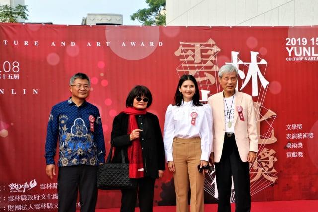 紅毯一端,雲林文化藝術獎與評審委員合影。(攝影/吳雁門)