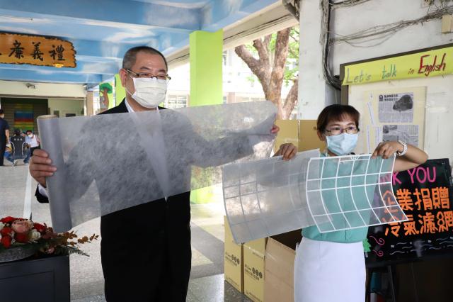 萬泰科技公司捐贈的冷氣科技濾網,為冷氣戴上口罩,在新冠肺炎疫情期間,能將冷氣中的細菌過濾隔離。
